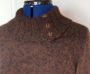 Lang genser til mor med knappehals i brunt detalj