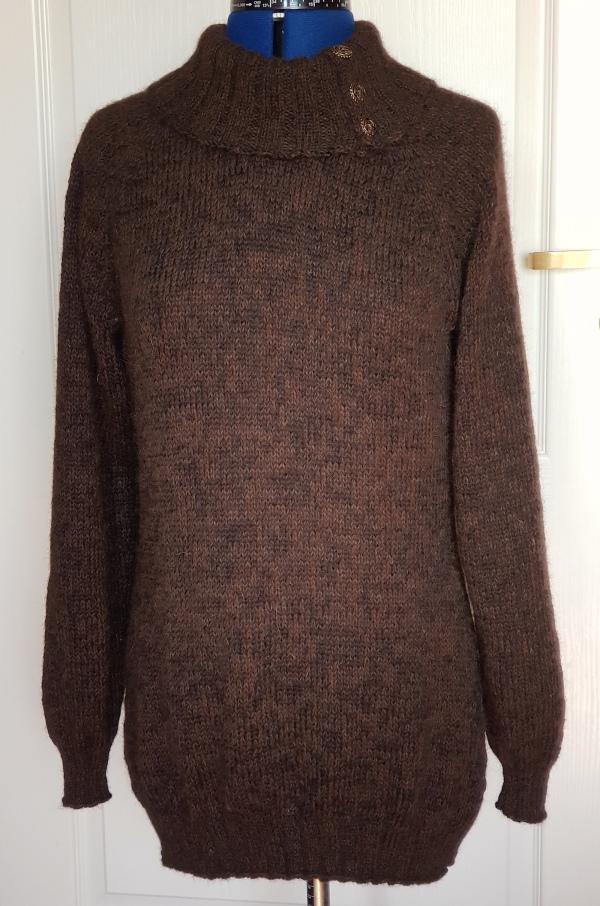 Lang genser til mor med knappehals i brunt