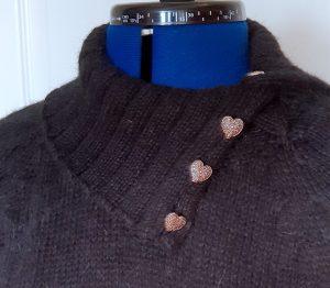 Lang genser til mor i sort med knappehals detalj