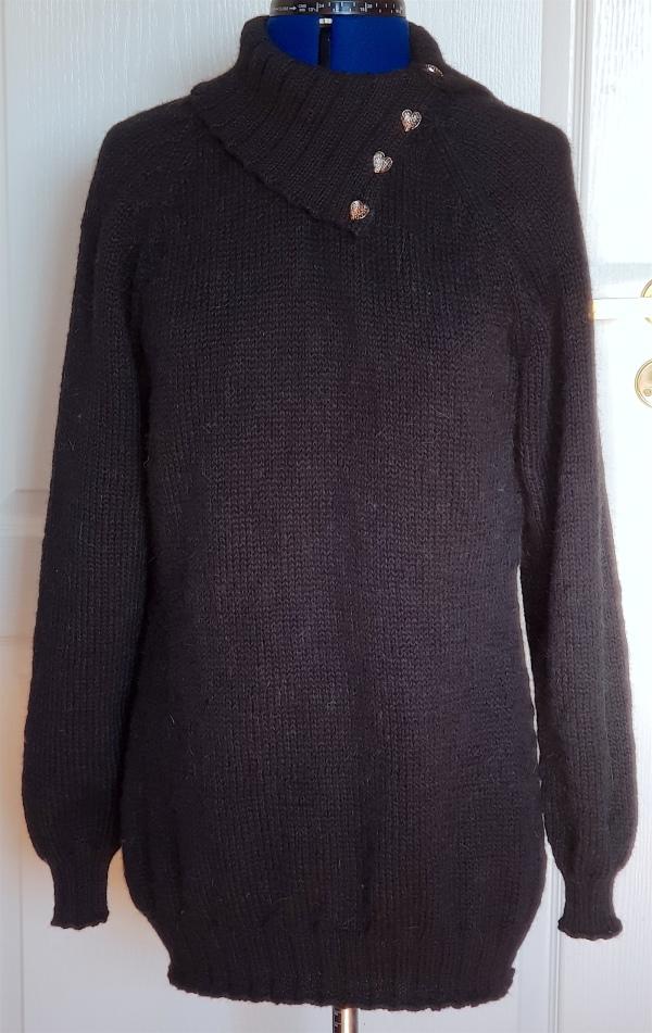 Lang genser til mor i sort med knappehals
